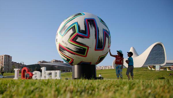 Дети играют рядом с моделью официального мяча Евро-2020 в Баку - Sputnik Азербайджан