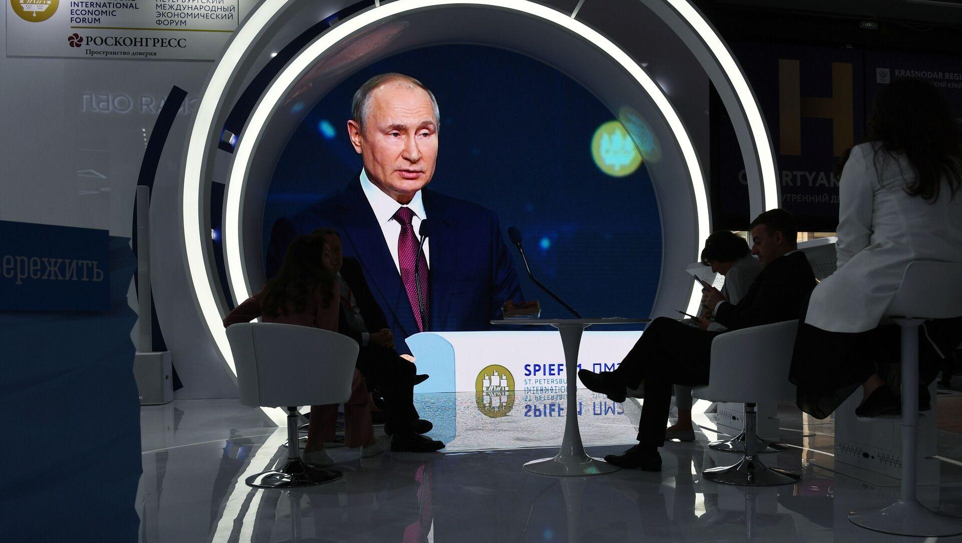 Президент РФ В. Путин принял участие в пленарном заседании ПЭМФ-2021 - Sputnik Азербайджан, 1920, 04.06.2021
