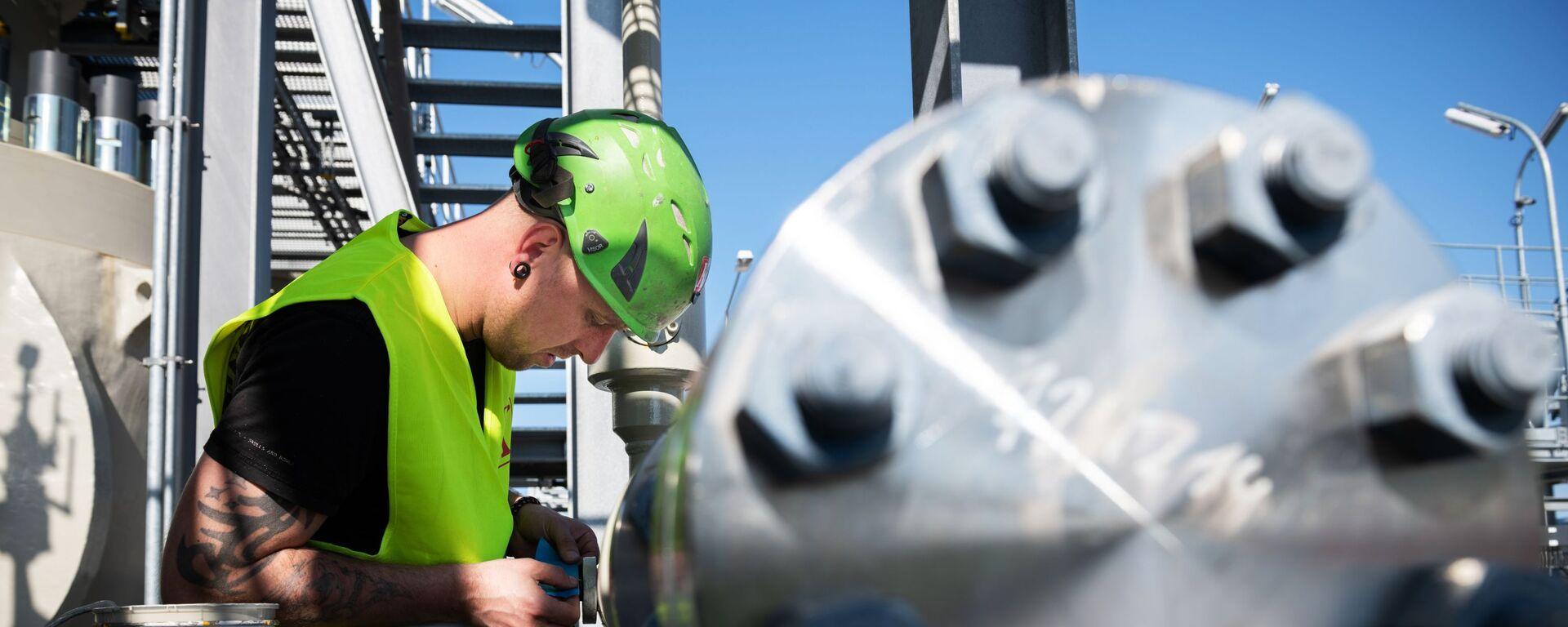 Специалист работает на территории газораспределительного центра магистрального газопровода Северный поток-2 в городе Любмин в Германии. - Sputnik Азербайджан, 1920, 07.10.2021