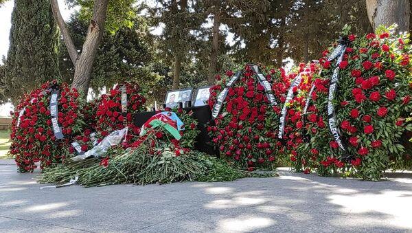 Общественность чтит память журналистов, погибших в результате подрыва на мине в Кельбаджаре - Sputnik Азербайджан