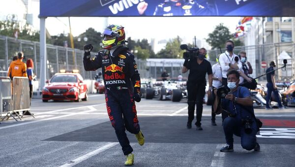 Пилот команды Red Bull Серхио Перес празднует победу на Гран-при Азербайджана Формулы-1 в Баку  - Sputnik Азербайджан