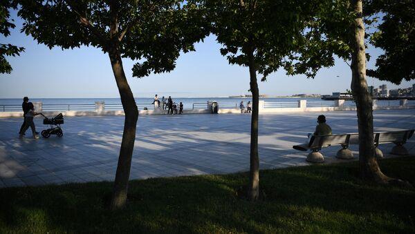 Люди отдыхают на набережной Каспийского моря в Баку, фото из архива - Sputnik Азербайджан