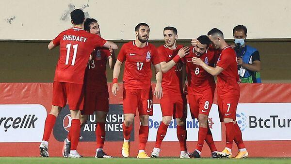 Футболисты сборной Азербайджана празднуют забитый в ворота сборной Турции гол - Sputnik Азербайджан