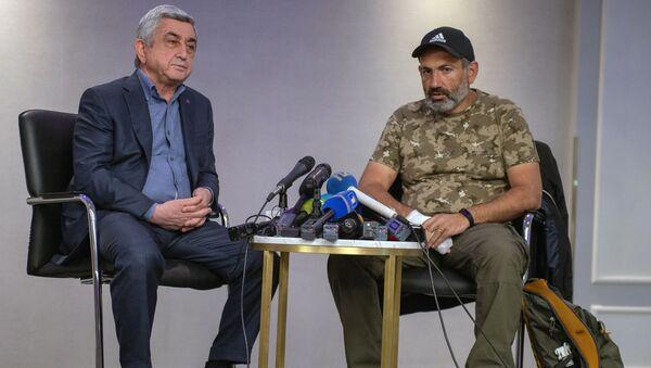Серж Саргсян (слева) и Никол Пашинян во время встречи  - Sputnik Азербайджан