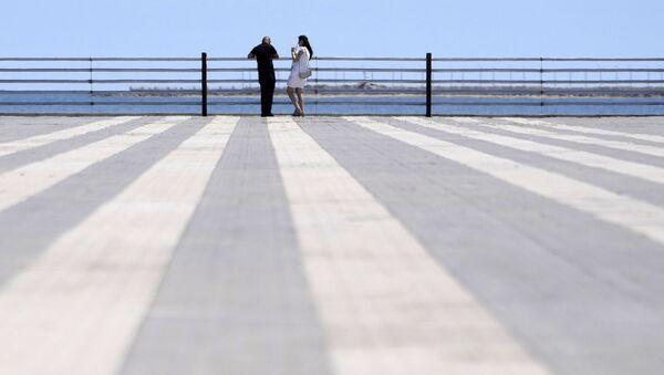 Пара на приморском бульваре в Баку, фото из архива - Sputnik Азербайджан