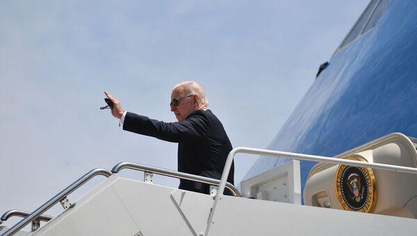 Президент США Джо Байден на трапе борта № 1, фото из архива - Sputnik Азербайджан