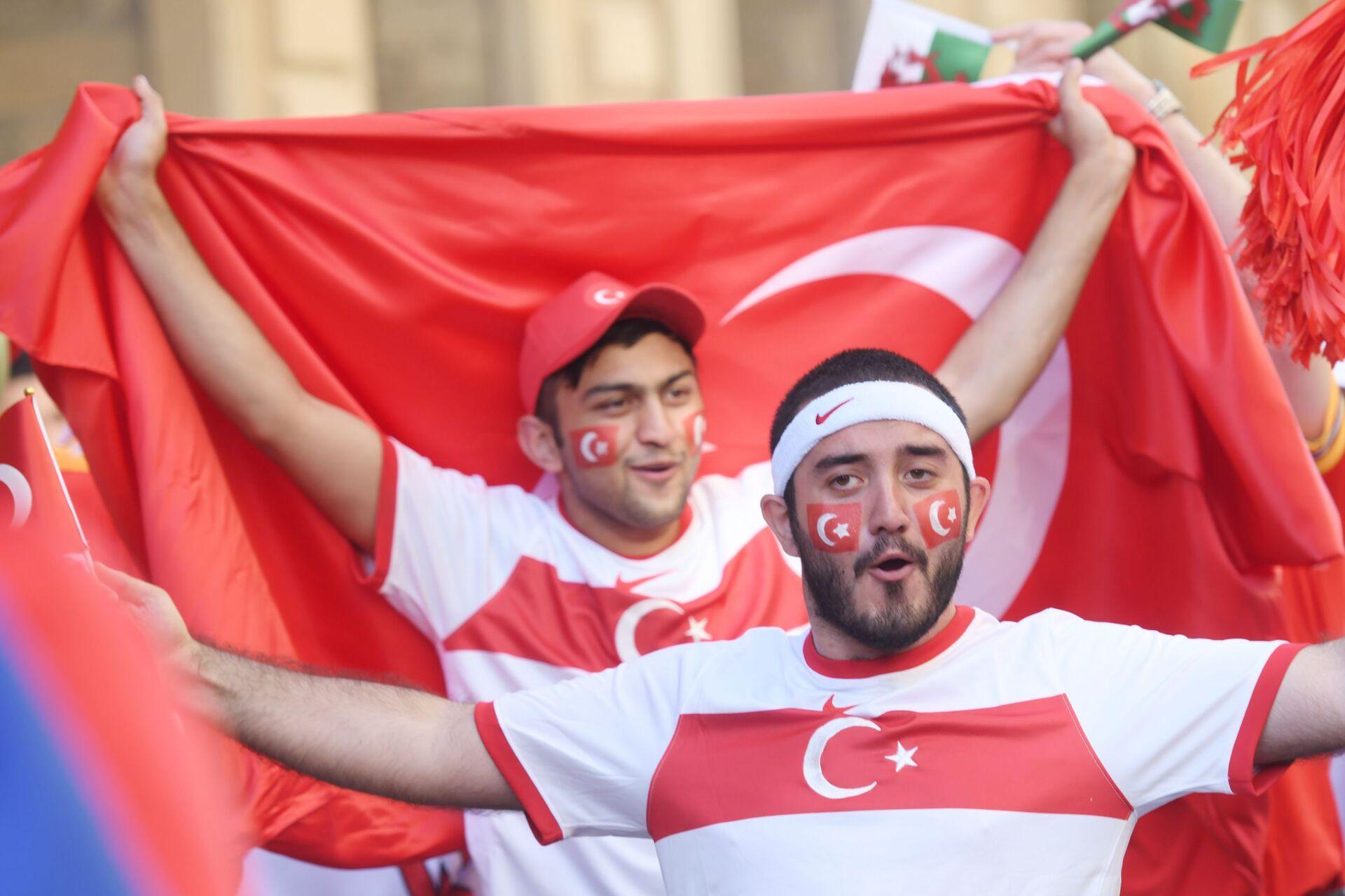 Футбольный праздник близко: первые болельщики и яркое шоу на улицах Баку - Sputnik Азербайджан, 1920, 09.06.2021