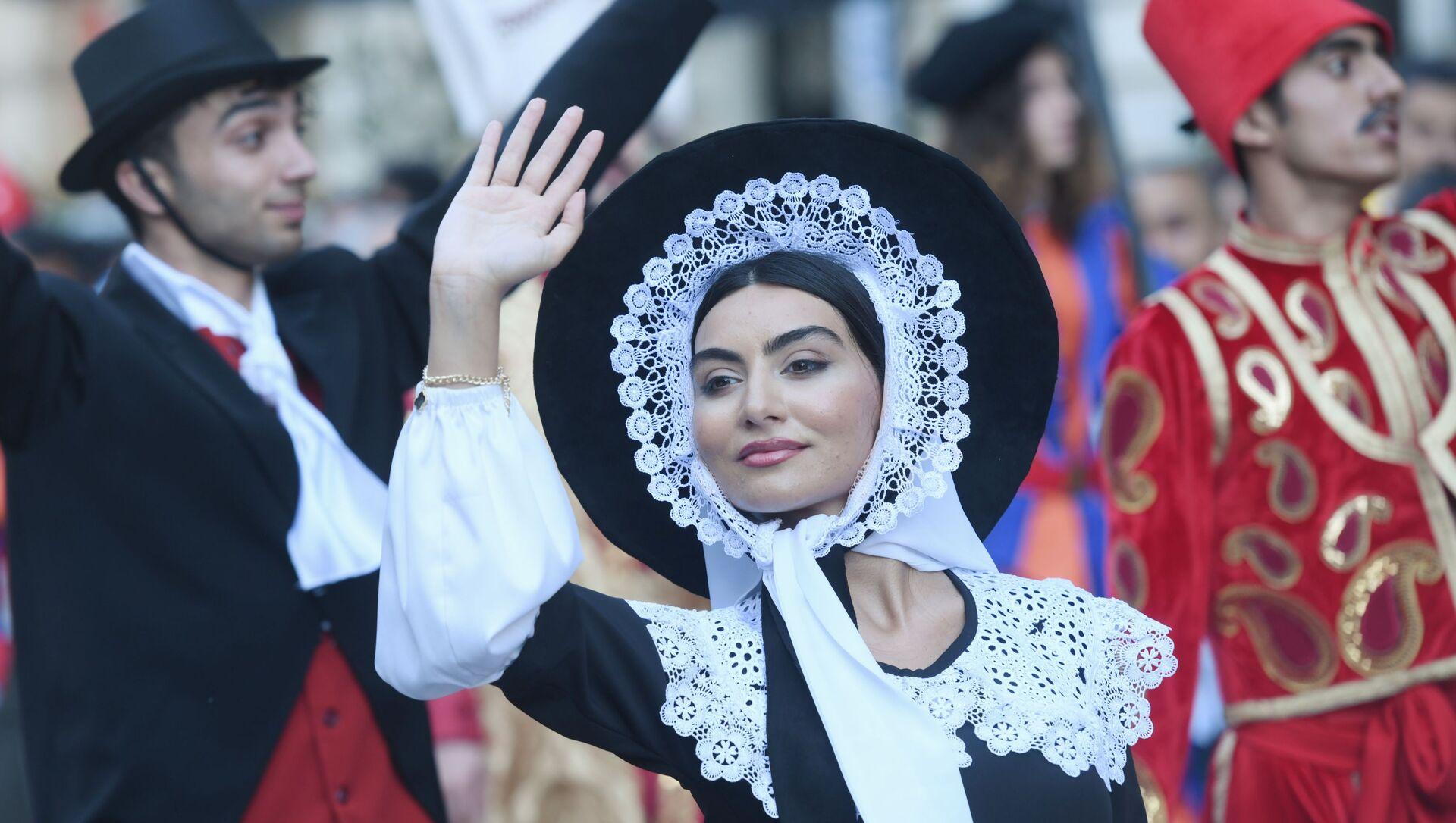 Bakıda keçiriləcək futbol üzrə Avropa çempionatının oyunlarına həsr olunmuş karnaval yürüşünün iştirakçıları. - Sputnik Азербайджан, 1920, 09.06.2021
