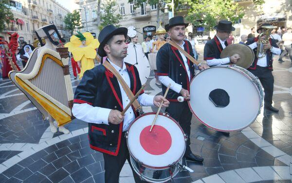 Bakıda keçiriləcək futbol üzrə Avropa çempionatının oyunlarına həsr olunmuş karnaval yürüşünün iştirakçıları. - Sputnik Азербайджан