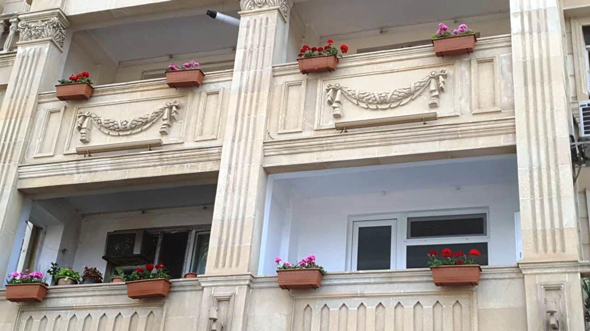 Власти Баку украшают балконы цветами: вся надежда - на совесть жильцов - Sputnik Азербайджан, 1920, 10.06.2021