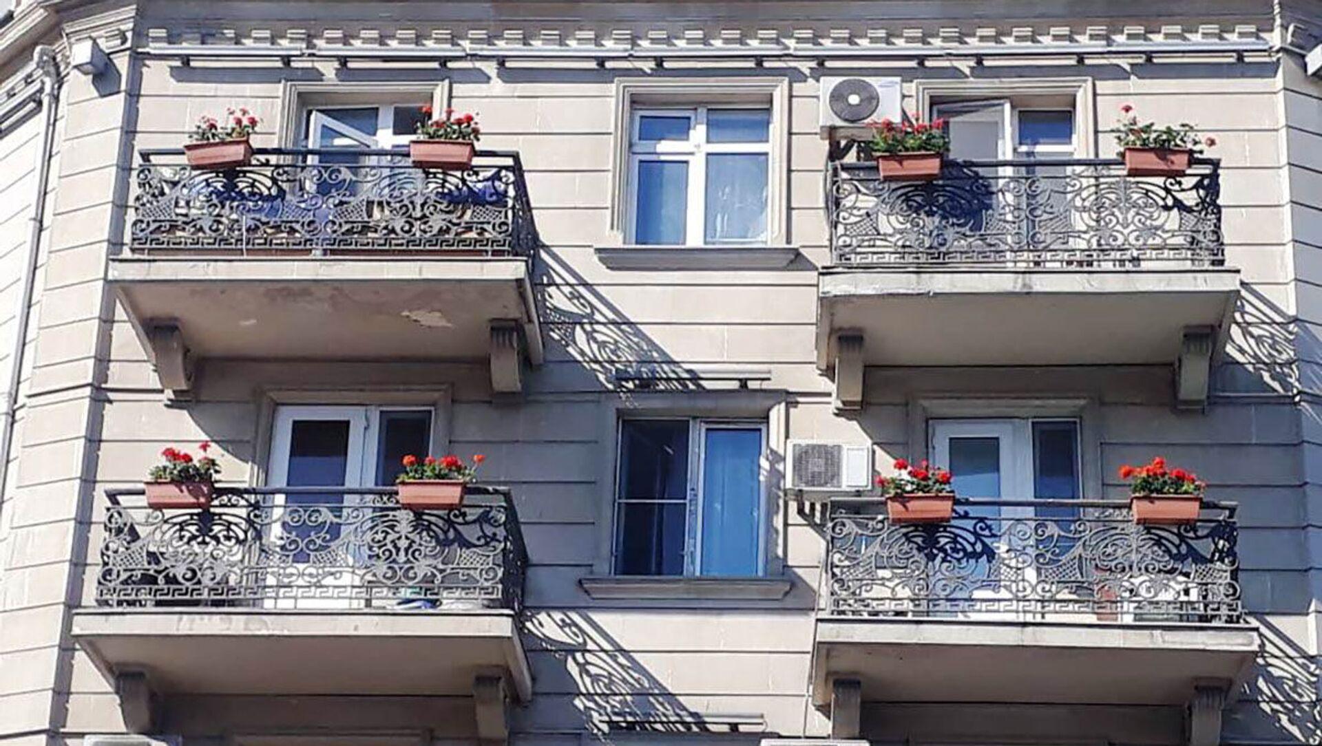 BŞİH binaların eyvanlarına gül dibçəkləri yerləşdirib - Sputnik Азербайджан, 1920, 10.06.2021