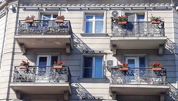 BŞİH binaların eyvanlarına gül dibçəkləri yerləşdirib - Sputnik Азербайджан