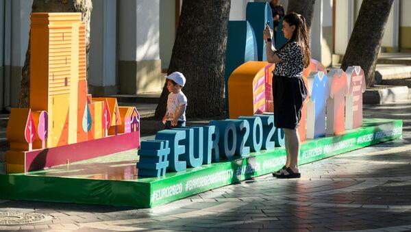Женщина фотографирует инсталляцию, посвященной Евро-2020 в Баку - Sputnik Азербайджан