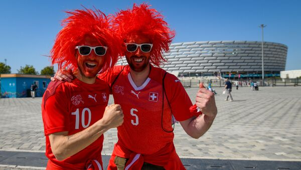 Болельщики сборной Швейцарии перед Бакинским Олимпийским стадионом - Sputnik Azərbaycan
