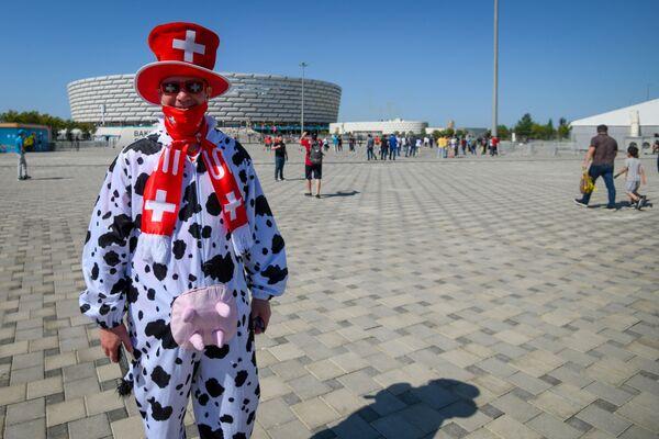 Болельщик сборной Швейцарии перед Бакинским Олимпийским стадионом - Sputnik Азербайджан