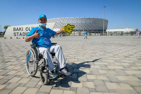 Стюард перед Бакинским олимпийским стадионом - Sputnik Азербайджан
