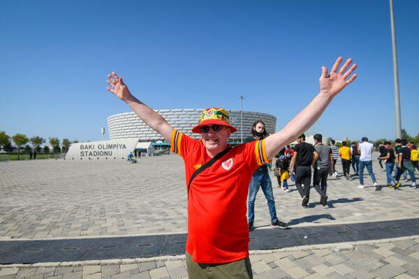 Болельщик сборной Уэльса перед Бакинским Олимпийским стадионом - Sputnik Азербайджан
