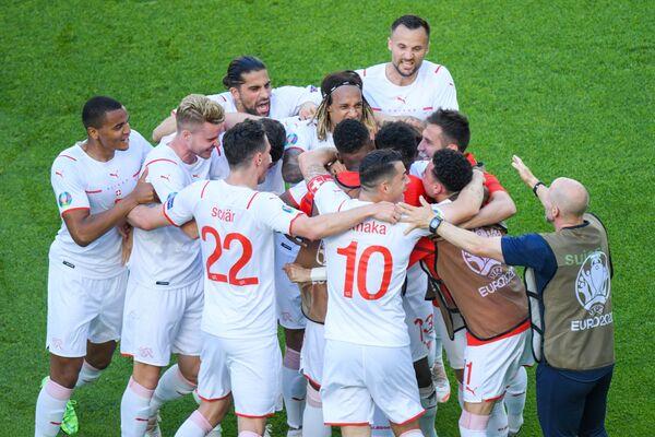 Футболисты сборной Швейцарии празднуют забитый в ворота сборной Уэльса гол - Sputnik Азербайджан