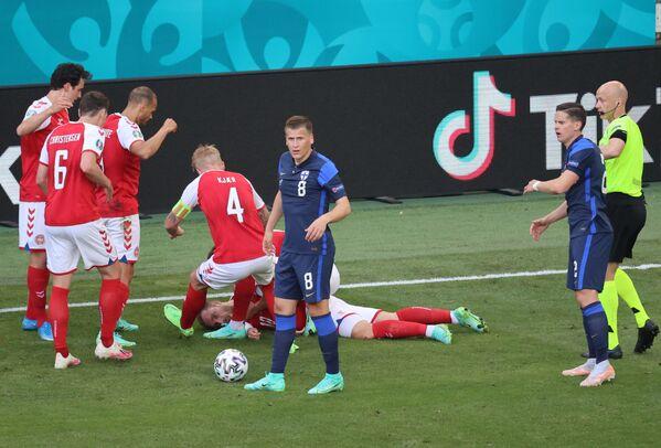 Футболист сборной Дании Кристиан Эриксен потерял сознание на поле - Sputnik Азербайджан