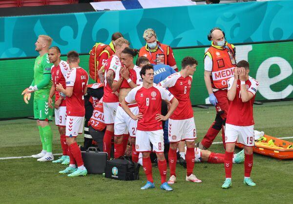 Врачи оказывают помощь футболисту сборной Дании Кристиану Эриксену - Sputnik Азербайджан