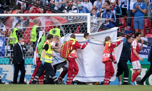 Медики эвакуируют футболиста сборной Дании Кристиана Эриксена - Sputnik Азербайджан