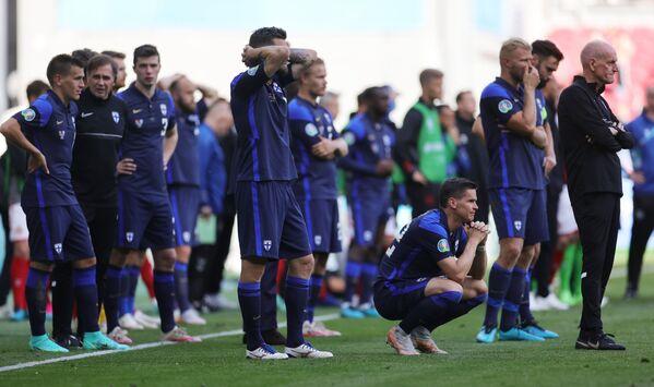 Футболисты сборной Финляндии наблюдают за оказанием помощи полузащитнику сборной Дании Кристиану Эриксену - Sputnik Азербайджан
