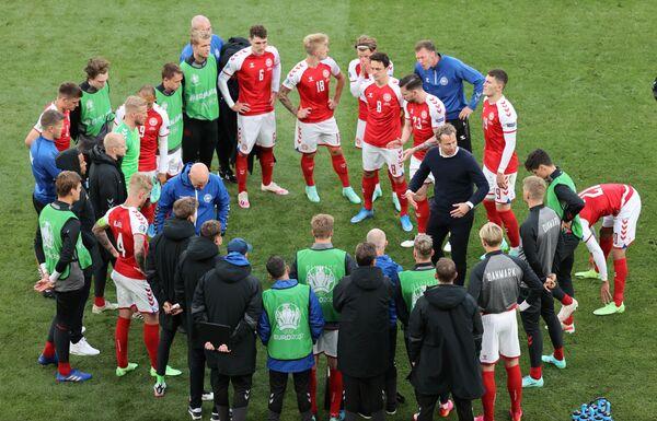 Футболисты сборной Дании перед возобновлением матча со сборной Финляндии - Sputnik Азербайджан