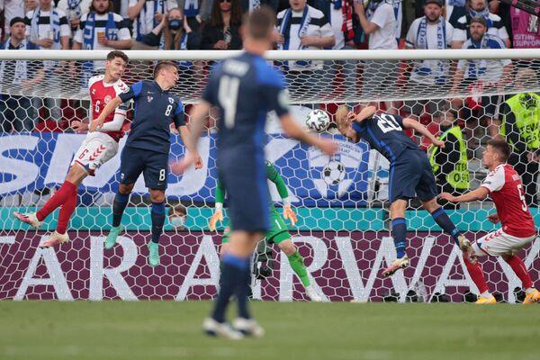 Йоэль Похьянпало (второй справа) забивает гол в ворота сборной Дании  - Sputnik Азербайджан