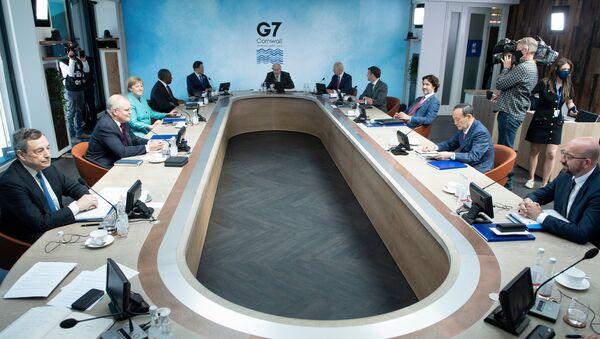 Лидеры G7 и их гости на рабочем заседании во время саммита G7 в Карбис-Бэй, Корнуолл, 12 июня 2021 года. - Sputnik Азербайджан