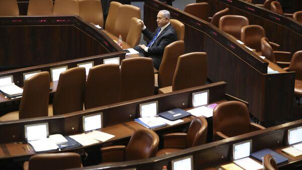 Премьер-министр Израиля Биньямин Нетаньяху сидит во время заседания Кнессета в Иерусалиме в воскресенье, 13 июня 2021 года - Sputnik Азербайджан