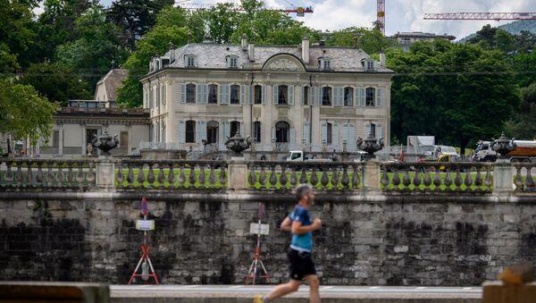 Вход на виллу Ла Гранж в Женеве, где 16 июня состоится встреча президента США и России. - Sputnik Азербайджан