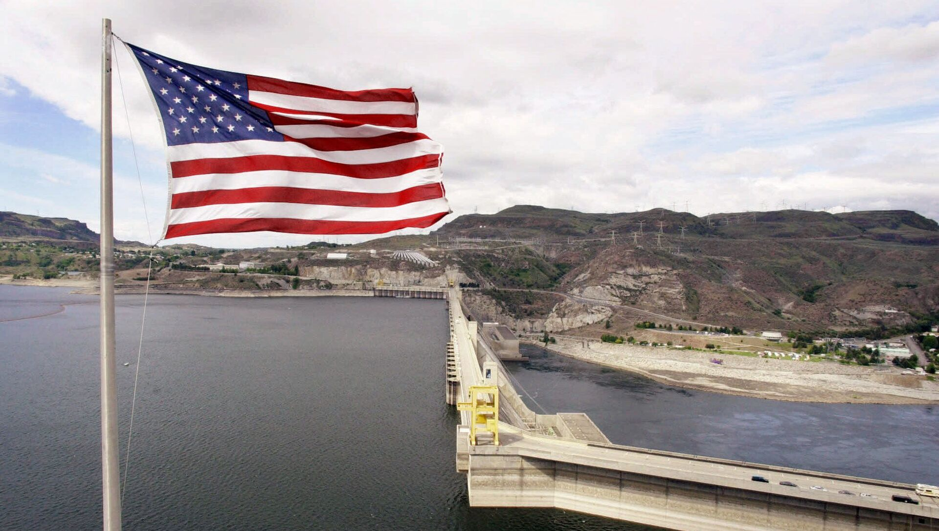 Флаг США возле плотины Гранд-Кули на реке Колумбия  - Sputnik Азербайджан, 1920, 15.06.2021