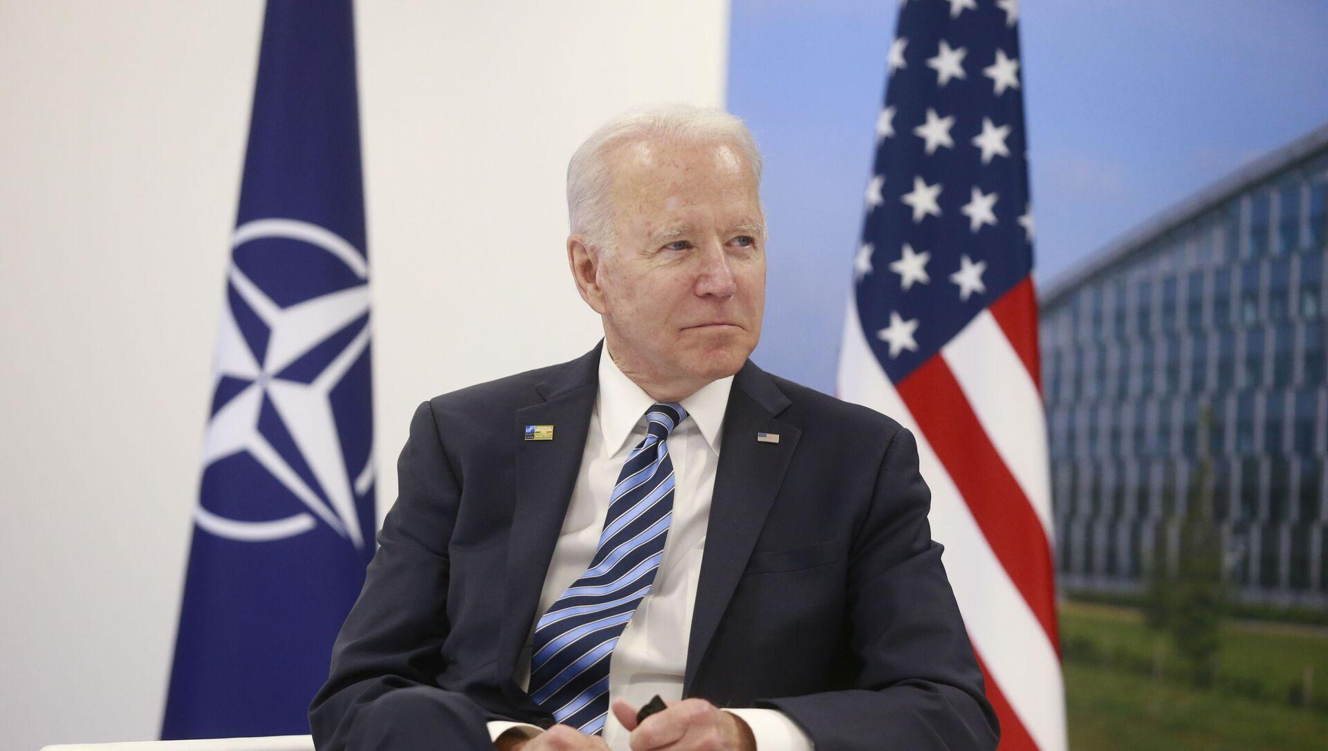 Президент США Джо Байден на встрече с генеральным секретарем НАТО Йенсом Столтенбергом во время саммита НАТО в штаб-квартире Североатлантического союза в Брюсселе, Бельгия, 14 июня 2021 г.  - Sputnik Азербайджан, 1920, 15.06.2021
