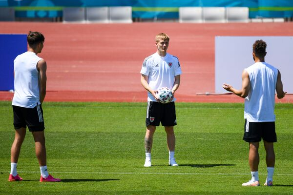 Игрок сборной Уэльса на тренировке перед матчем группового этапа чемпионата Европы по футболу 2020. - Sputnik Азербайджан