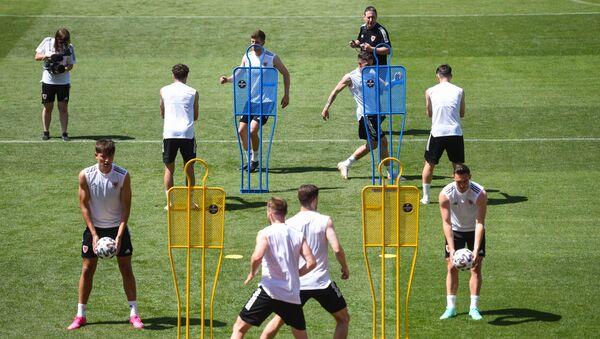 Игроки сборной Уэльса на тренировке перед матчем группового этапа чемпионата Европы по футболу 2020. - Sputnik Азербайджан