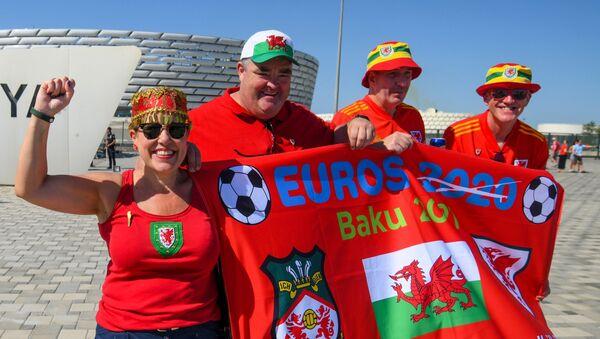 Болельщики сборной Уэльса у стадиона ЕВРО-2020 в Баку - Sputnik Азербайджан