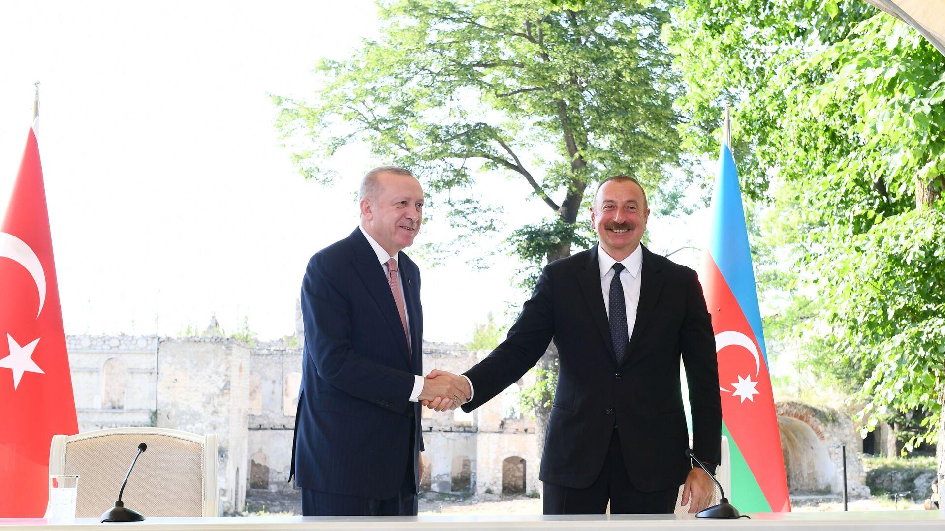 Ильхам Алиев и Реджеп Эрдоган подписали Шушинскую декларацию о союзнических отношениях Азербайджана и Турции - Sputnik Азербайджан, 1920, 27.09.2021