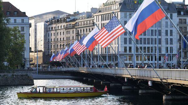 Флаги России и США на мосту Монблан в Женеве, вывешенные в преддверии саммита президента России Владимира Путина и президента США Джо Байдена - Sputnik Азербайджан