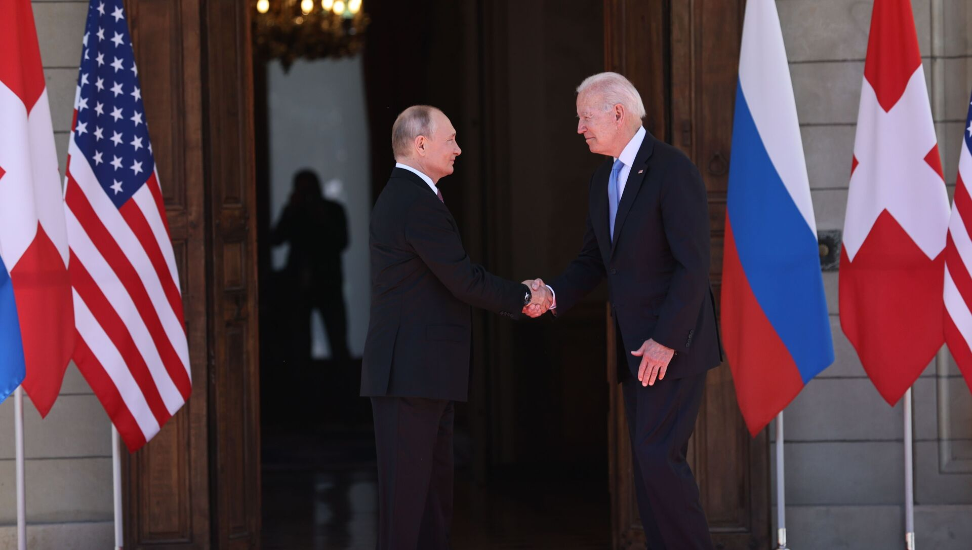 Президент РФ Владимир Путин и президент США Джо Байден (справа) во время встречи в Женеве на вилле Ла Гранж. 16 июня 2021. - Sputnik Азербайджан, 1920, 27.07.2021