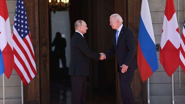 Президент РФ Владимир Путин и президент США Джо Байден (справа) во время встречи в Женеве на вилле Ла Гранж. 16 июня 2021. - Sputnik Азербайджан