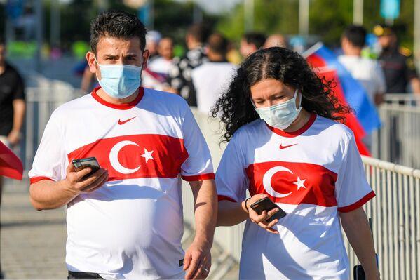 Турецкие болельщики проходят в Бакинский олимпийский стадион перед началам матча второго тура группового этапа ЕВРО-2020 Турция-Уэльс. - Sputnik Азербайджан
