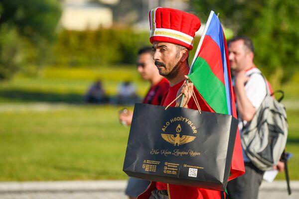 Турецкий болельщик в национальном костюме перед Бакинским олимпийским стадионом. - Sputnik Азербайджан