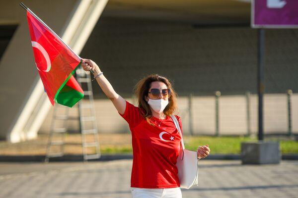 Девушка с флагами Азербайджана и Турции рядом с Бакинским олимпийским стадионом перед началам матча второго тура группового этапа ЕВРО-2020 Турция-Уэльс - Sputnik Азербайджан
