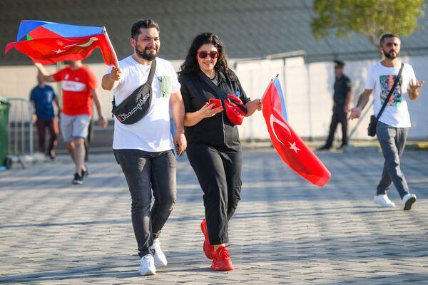 Турецкие болельщики проходят в Бакинский олимпийский стадион перед началам матча второго тура группового этапа ЕВРО-2020 Турция-Уэльс - Sputnik Азербайджан