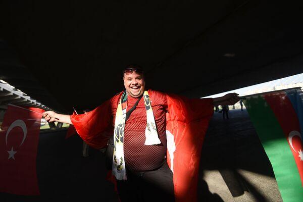 Турецкий болельщик проходит в Бакинский олимпийский стадион перед началам матча второго тура группового этапа ЕВРО-2020 Турция-Уэльс - Sputnik Азербайджан