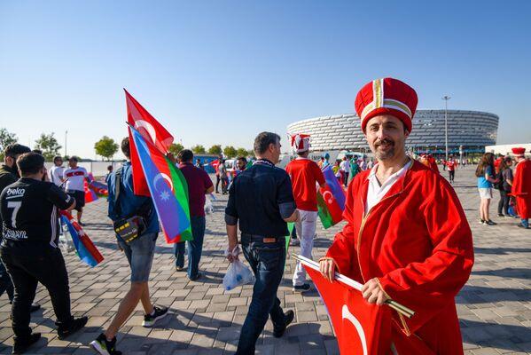 Турецкий болельщик в национальном костюме поддерживает свою команду перед Бакинским олимпийским стадионом. - Sputnik Азербайджан