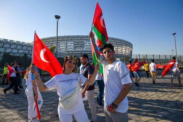 Болельщики с флагами Турции и Азербайджана перед Бакинским олимпийским стадионом в преддверии матча второго тура группвого этама ЕВРО-2020 Турция-Уэльс - Sputnik Азербайджан