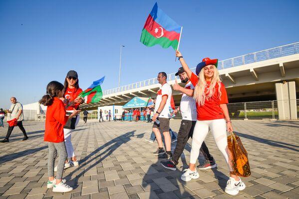 Болельщики проходят в Бакинский олимпийский стадион перед началам матча второго тура группового этапа ЕВРО-2020 Турция-Уэльс  - Sputnik Азербайджан