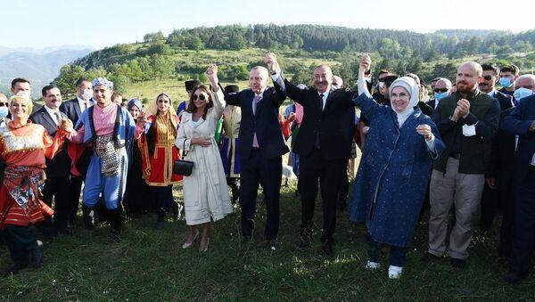 Танцы на Джыдыр дюзю, карабахский скакун и Шушинская декларация: итоги визита Эрдогана - Sputnik Азербайджан