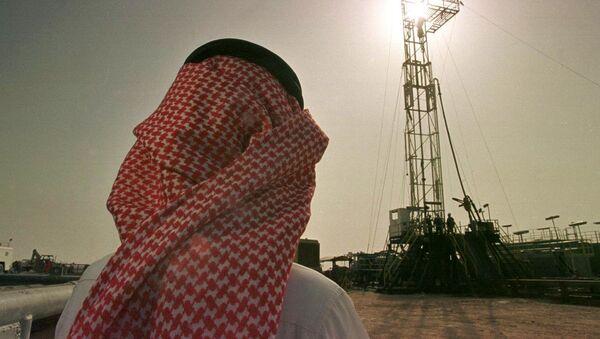 Cотрудник саудовской нефтяной компании Aramco на нефтяном месторождении Аль-Хаута, Саудовская Аравия - Sputnik Азербайджан